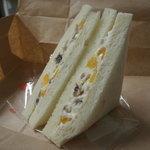 シロクマベーカリー  - ラムレーズンと杏のクリームチーズサンド