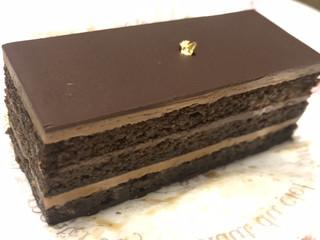パティスリー モンプリュ 本店 - ★★★☆ 大人のケーキ 洋酒をたっぷり含んでいて、一口ごとにジュワーっとしみだしてきます 甘くないオペラ