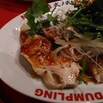 餃子屋 弐ノ弐  - よだれ鶏(450円)   蒸した鶏肉に、葱・パクチーをたっぷり。ゴマの風味のたれでいただきます。   パクチー大好きなので、個人的には好きなお味でしたが、好みが分かれそうです(^_^)