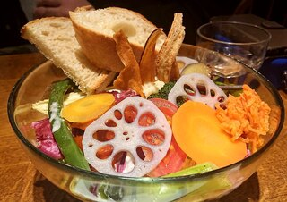 Roji菜園テーブル - 盛り野菜ブレッドサラダ(スープ・ドリンク付)¥1,500