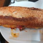 104719433 - 表面がかたいフランスパンみたいなパンにチキンがサンドされたパン
