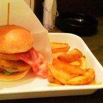 10472298 - ハンバーガーに ベーコンとチーズをトッピング ボリューム満点