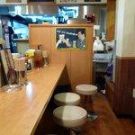 希望軒 - 店内はカウンターとテーブル席が半々