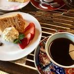 珈琲さとう - 料理写真:桜のシフォンケーキとモカのセット  780円
