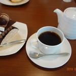パティスリー・ル・カドゥー - ケーキ&コーヒーでひと休み