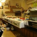 入ます亭 - 旨そな食材が並ぶカウンター