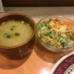 104742333 - サラダとトムヤムスープ。味噌汁ではありません。