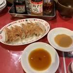 餃子バル 餃子家 龍 - 焼き餃子 一番右は皮崩壊状態