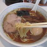 中華そば丸信 - 麺を啜る
