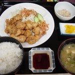 次郎長寿司 - 「鳥天定食:550円」。鳥天が8個ほどついてきます。日替わりへの登場数はダントツ。でも、おいしいのでついつい行ってしまいます。
