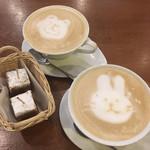 フジエダハウス - キャラメルラテ♪ サービスでお茶菓子ついてます。