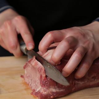 最高峰和牛、近江牛を日本料理出身の職人が真心込めて店内手切り