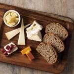 ダブリナーズ カフェ&パブ - チーズ盛合せ ブラウンブレッド添え ¥1350-