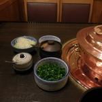 しゃぶ禅 -  しゃぶしゃぶの鍋と葱、あさつき、紅葉おろし、柚子胡椒、辣油です。