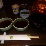 しゃぶ禅 - しゃぶしゃぶの鍋と葱、紅葉おろし、あさつき、辣油、そばつゆ、ボン酢です。