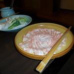 しゃぶ禅 -  岩中豚バラしゃぶしゃぶ肉と野菜です。岩中豚バラ肉は、過去2回と異なり脂は少なめでしたが、ピンク色で上品な見た目です。