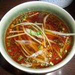 しゃぶ禅 -  辣油とあさつきを混ぜたポン酢に、野菜を浸けた様子です。
