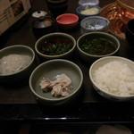 しゃぶ禅 -  しゃぶしゃぶのスープで調理した岩中豚バラのしゃぶしゃぶ肉、くずきり、白いご飯、替えのポン酢などです。