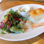 104769509 - ランチセットのサラダ・スープ・フォカッチャ。