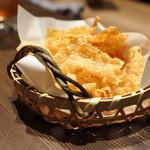 すき焼き 串焼 北斗 - つきだしのレンコンチップスと湯葉チップス