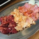 大門 - 料理写真:左からハラミ、テッチャン、和牛カルビ