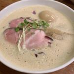 麺飯食堂 三羽鴉 - 鶏豚骨ラーメン(醤油)♡¥790(税込) トッピングの煮卵は駐車券で無料になりました❢