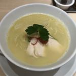 104777255 - 濃厚でクリーミーな鶏白湯スープです。