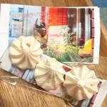 スペールフルッタ - ☆クッキーと桜めぐりイベント参加店☆ 来店で【桜メレンゲ】プレゼント ほんのり桜の塩漬けの葉っぱの風味♪  この日のジェラートのラインナップがかなり良かったのですが、とても寒い日だったので断念↓