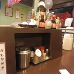 博多麺房 赤のれん - テーブル上はこんな感じ