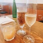 104781559 - 右から アントニーニ・チェレーザ グレラ スプマンテ、ジンジャーエール、鳳凰美田 もも酒 ロック