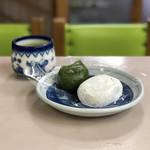 104783539 - 和菓子セット(塩大福、草もち)