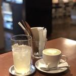 オレンジカフェ - ドリンク写真:左:柚みつソーダ、右:豆乳を使った抹茶ラテ。