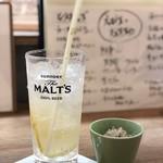 海鮮炉端と土鍋ごはん えびす - 自家製はちみつレモンソーダとお通しの小松菜のおひたし。