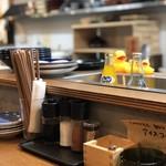 海鮮炉端と土鍋ごはん えびす - カウンターテーブル上のカスター。