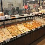 パン工場 - イオンの中のパン屋さんとあって焼き立てパンが沢山並んでるんですが、次から次へとお客様が買い求めておられました。