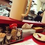 特製ラーメン 大中 - カウンター席から厨房を見る。
