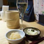 串と水炊博多松すけ - お通しは、もっちり豆富と大根おろし。 大根おろしはおかわり自由です。
