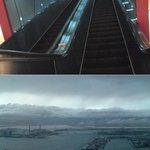 10484647 - 大阪府咲洲庁舎展望台「plat planet」に向かう長大なエスカレーターと、展望台からの眺望