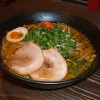 ら~めん工房 海 - 黒ラベル味噌!濃く旨!みそ本来のまろやかな味に、もちもちのちぢれ麺!
