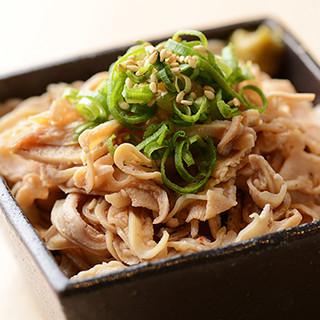 九州特産がズラリ!博多名物「酢もつ」など本場の味を楽しめます