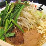 10486345 - 志免本店限定】のメニュー・ニラ担麺750円。生ニラ・茹でもやし・煮ぶた・ニンニク。最初に「ニンニク入れてもよろしいでしょうか?」と聞かれます。