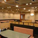 上野みやび - ホール席。落ち着いた空間でゆったりお過ごしください。