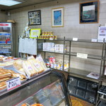 テラサワ・ケーキ・パンショップ - 店内。開店直後なので、まだ棚が開いています。