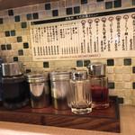 久留米ラーメン 清陽軒 - 銀色の容器はすり胡麻と胡椒