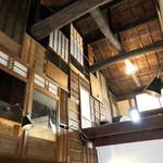 ◯間 - 天井が高い。お茶とバーのスペース