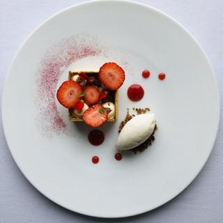 ラ・クロシェット - 料理写真:苺/ルバーブ/バラ/トンカ豆