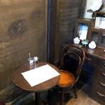◯間 - 火袋スペース内のテーブル