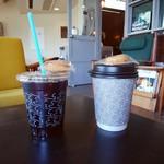 ツバメコーヒー - ドリンク写真:水出しアイスコーヒーとイヌワシブレンド 昔はツバメの形の自家製クッキーが付いてきたけれど、市販のミニドーナツに変わっていた