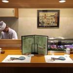 すし仙 - カウンターは、シンプルで清潔感がある特等席です。
