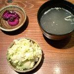 やきとりほっと屋 - 【ランチ】鶏スープはなかなかの味(お代わり無料)。浅漬けと香の物は取り放題